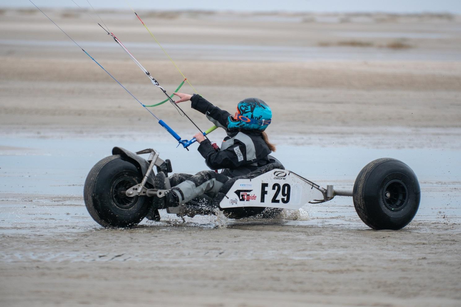 Olivia Lys en char à cerf volant avec une barre universelle de race foil